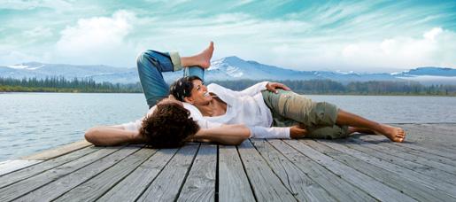 Ein glückliches Paar, entspannt am Ufer des Chiemsees.